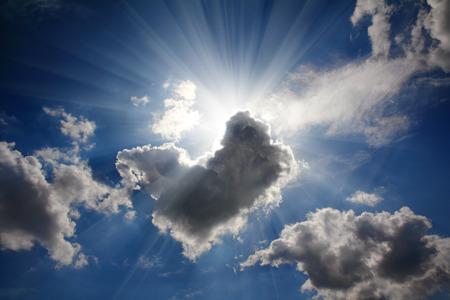 i raggi del sole sul cielo drammatico wth nuvole