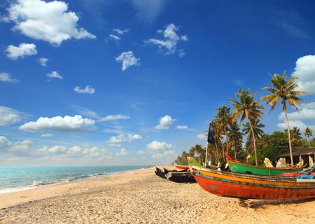 old fishing boats on beach - kerala india Foto de archivo