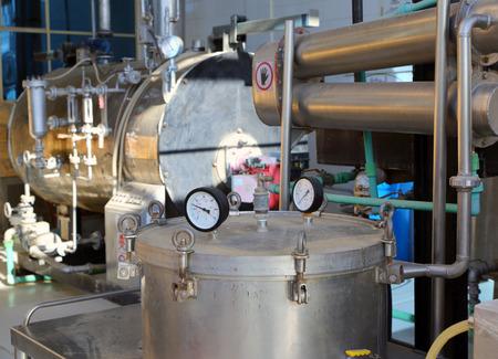 distillation: destilaci�n de aceites esenciales en una f�brica