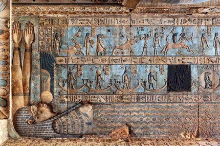 Hiëroglifische tekeningen en schilderijen op het plafond en de muren van de oude Egyptische tempel van Dendera Stockfoto - 35312432