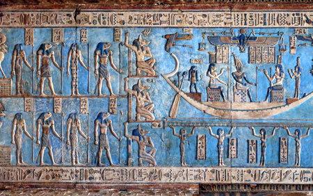 templo: Tallas jerogl�ficas y cuadros en las paredes interiores de un antiguo templo egipcio en Dendera Editorial