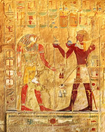 piramide humana: antiguo egipto imágenes en color en la pared en Luxor