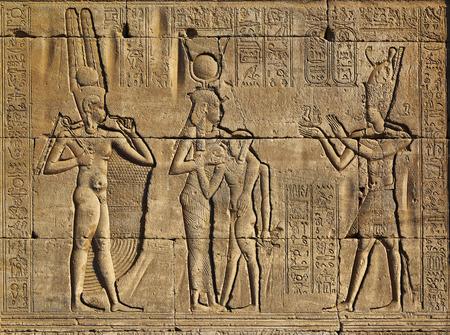 고 대 이집트 사원의 외벽에 상형 문자 조각