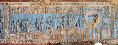 Hiëroglyfische gravures en schilderijen aan de wanden van een oude Egyptische tempel in Dendera Stockfoto - 38944708