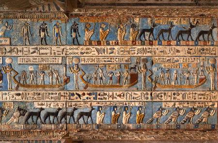simbolos religiosos: Tallas jeroglíficas y cuadros en las paredes interiores de un antiguo templo egipcio en Dendera Editorial