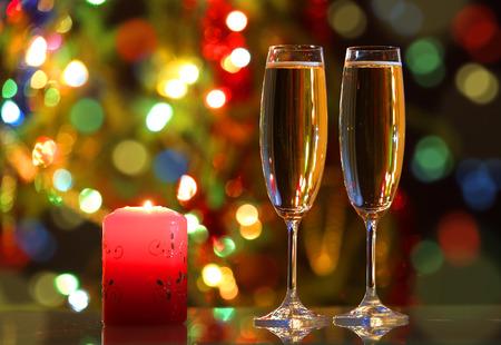 velas de navidad: copas con champán y la vela - noche romántica