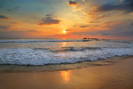Bellissimo paesaggio con tramonto tropicale del mare sulla spiaggia