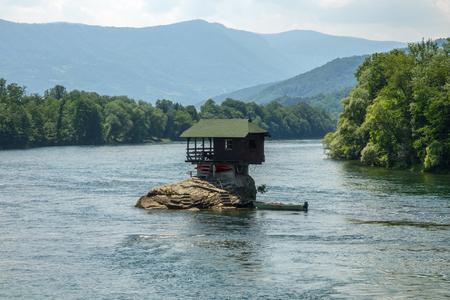 Eenzaam huis op de Drina-rivier in Bajina Basta, Servië Stockfoto - 89725472