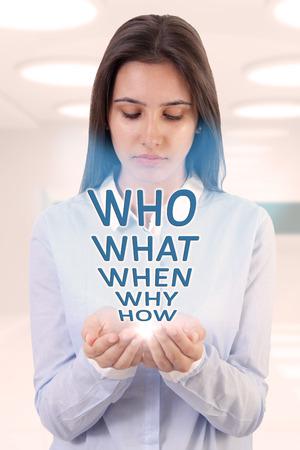 quizzical: Mujer joven y preguntas