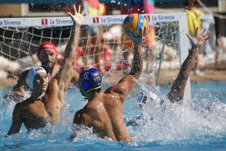 waterpolo: Waterpolo competition. CN Mataro VS Barceloneta. Mataro, Spain. October 18, 2014. White cap team Mataro. Blue cap team Barceloneta