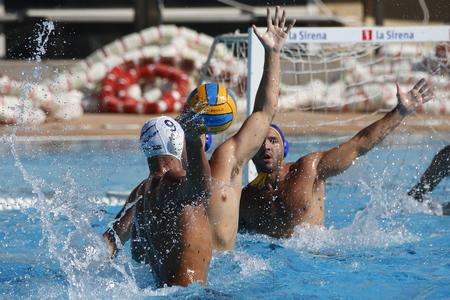 Waterpolo-competitie. CN Mataro VS Barceloneta. Mataro, Spanje. 18 oktober, 2014. Wit GLB-team Mataro. Blauwmuts team Barceloneta