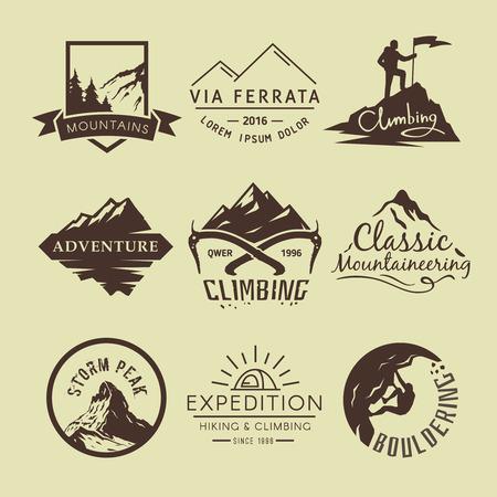 Définir les étiquettes sur le thème de randonnées, trekking, randonnée, alpinisme. Sports extrêmes, loisirs de plein air, l'aventure dans les montagnes, vacances. Exploit