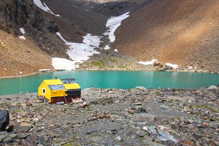 aktru: Hut at the mountain lake