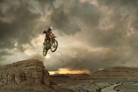 Een beeld van een fietser het maken van een stunt en springt in de lucht