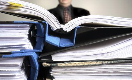 hoja de calculo: Un hombre de negocios con exceso de trabajo