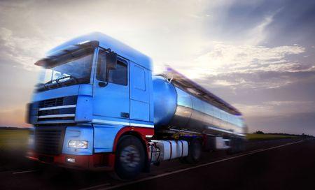 autobotte: truck driving in movimentocrepuscolo di sfocatura