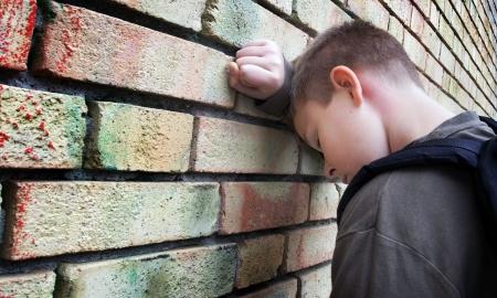 lesionado: molesto ni�o contra una pared