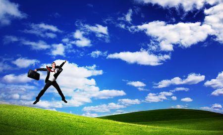salto largo: Saltos hombre de negocios en Green Field Foto de archivo