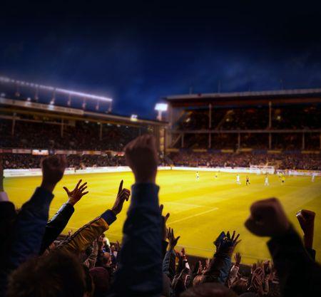 Fans begeistert bei einem Fußballspiel, selektiven Fokus Fans mit Hände erhoben Standard-Bild - 7741406
