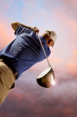 columpios:  golfista disparando una pelota de golf
