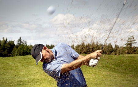 columpios: jugador disparar una pelota de golf