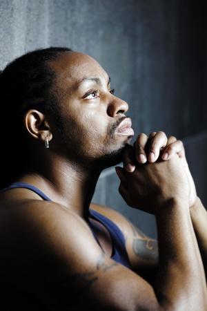 pensamiento creativo: Retrato joven afroamericano, el fondo de cemento Foto de archivo