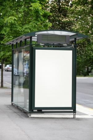 fermata bus: Fermata autobus con un cartellone bianco Archivio Fotografico