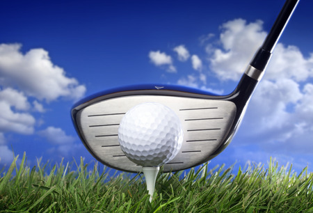 Golf club and ball in grass Banque d'images
