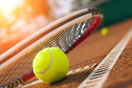 tennisbal op een tennisbaan