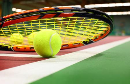 Tennis ball on a tennis court Banque d'images