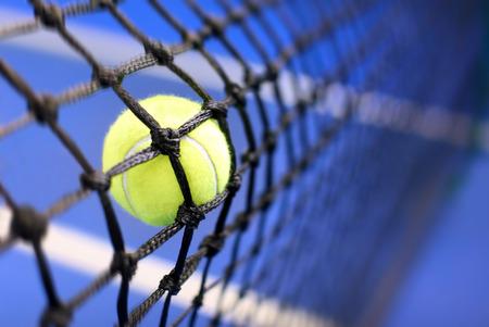 테니스 코트에 테니스 공