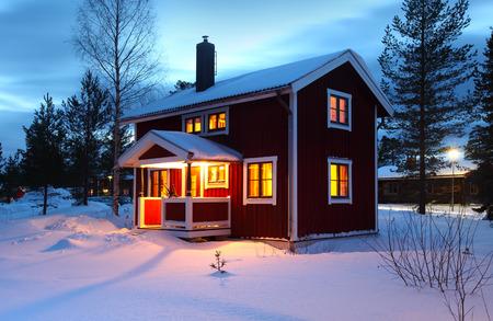 冬の夜の間にスウェーデンの木造住宅 写真素材 - 36340868
