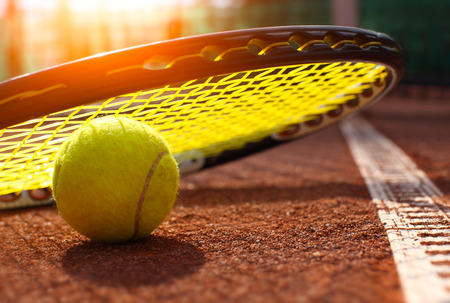 Tennisball auf einem Tennisplatz Standard-Bild - 37098946