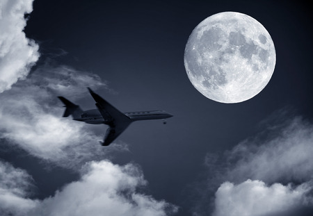 airplane and a full moon Banque d'images