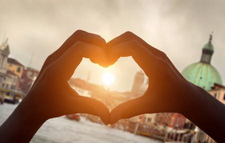 Mains formant un coeur à Venise Banque d'images - 68197609