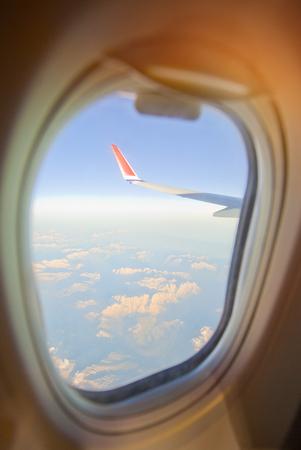 Aile d'avion avec ciel bleu Banque d'images - 69717121