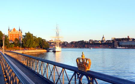 Golden Crown on a Skeppsholmsbron bridge, Stockholm, Sweden Banque d'images