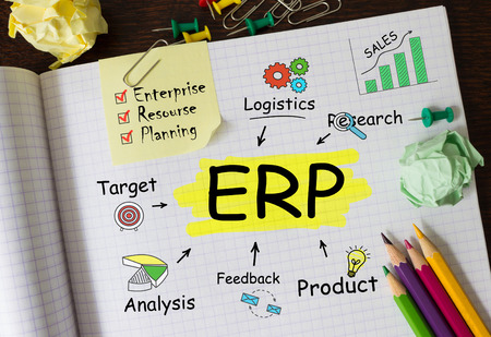 Notizbuch mit Toolls und Notizen über ERP, Konzept Standard-Bild