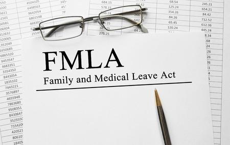テーブルの上の家族医療を残す行為 FMLA 紙
