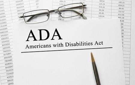Papier mit Americans with Disabilities Act ADA auf einem Tisch