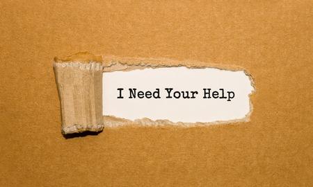 Der Text, den ich benötige Ihre Hilfe, die hinter zerrissenem braunem Papier erscheint