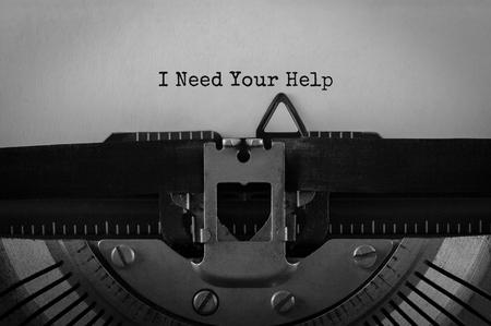 Testo Ho bisogno del tuo aiuto digitato sulla macchina da scrivere retrò