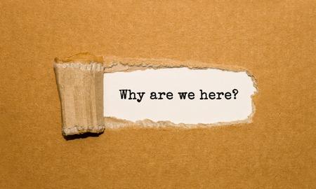 De tekst Waarom verschijnen we hier achter gescheurd bruin papier