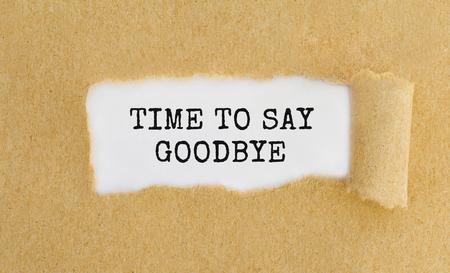 Tempo di testo che dice addio a sinistra dietro carta marrone strappato