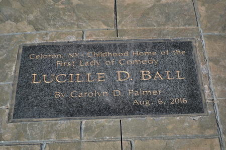 Plaque at Statue of Lucille Ball 新聞圖片