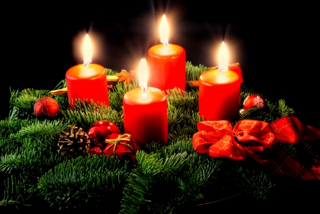 advent: Corona de Adviento con velas y decoraciones
