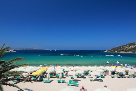Strand Goerson ein schöner Strand in einem Resort in Baja Sardinia Standard-Bild - 63039973