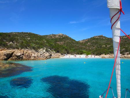 Eine schöne Strandansicht von einem Segelbootausflug in Sardinien, Italien Standard-Bild - 63039975