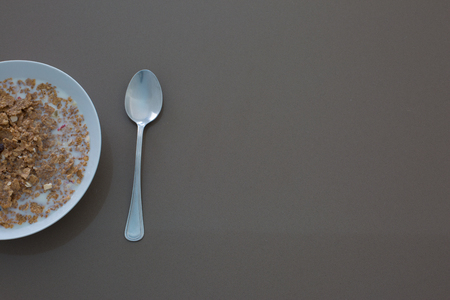 a bowl of corn flakes in cold milk Imagens