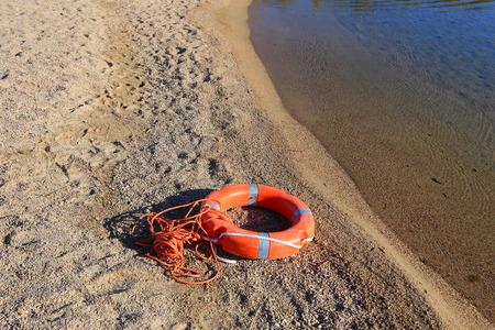 Ein Rettungsschwimmer Boje mit Seil an einem Strand in Italien Standard-Bild - 63039882